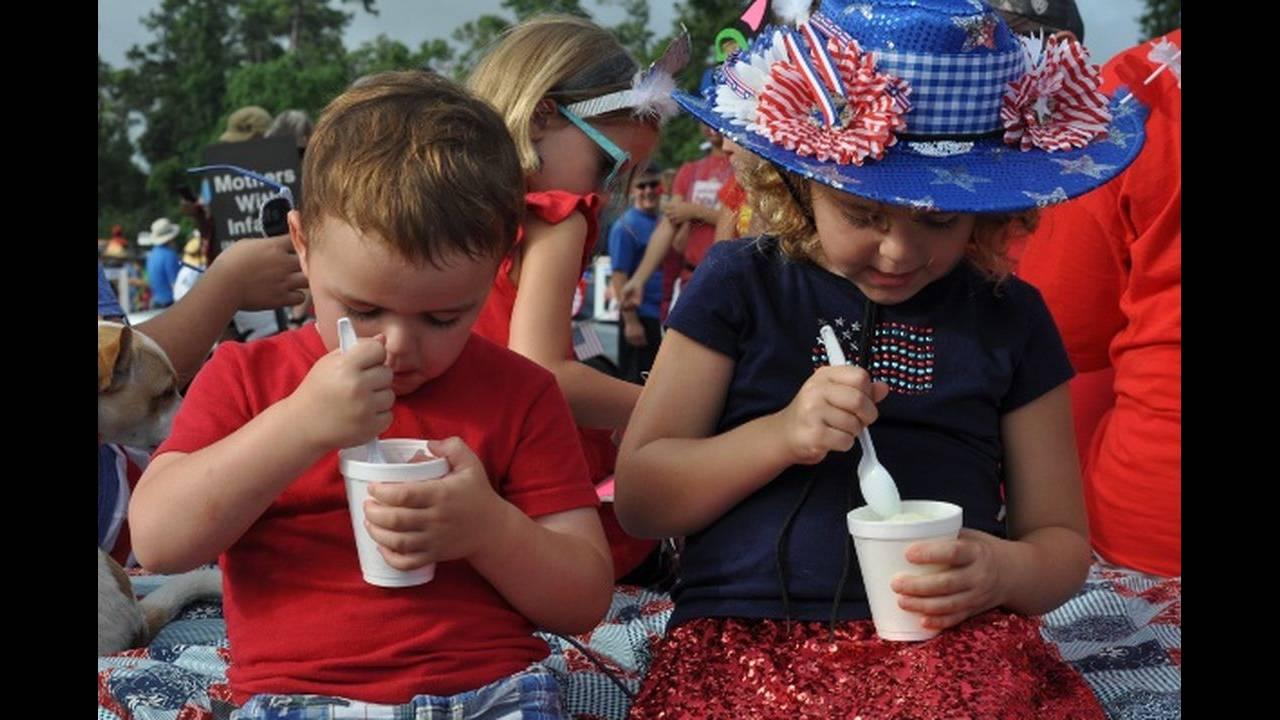 Eating-snowcones-at-4th-of-July-Parade.jpg